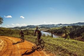 cyclists-1534907_1280